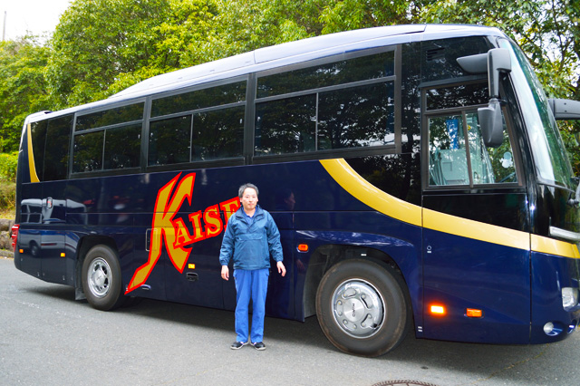 画像は、弊社のドライブスタッフさんです。KAISEIとロゴが描かれた素敵なバスの前で写真を1枚。