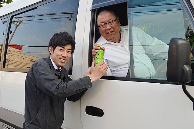 画像左 弊社社内スタッフ スタッフ管理課 佐野 力也 画像右 鎌田さん