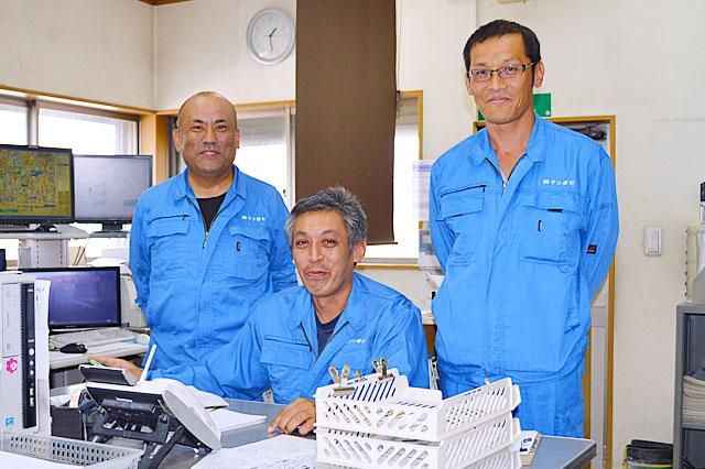 画像左から 株式会社サン建材 従業員様の北川 剛 様・配車担当 業務主任 中西 政幸 様・馬場社長様 馬場社長を含むスリーショットで撮影させていただきました。ご協力有難うございました。