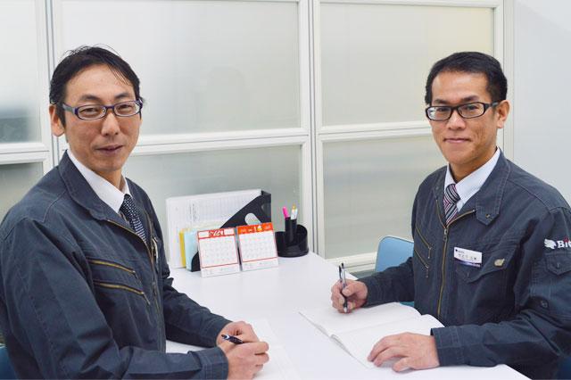 画像左 スタッフ管理課 柳川成浩  画像右 スタッフ管理課 係長代理 竹之下正博